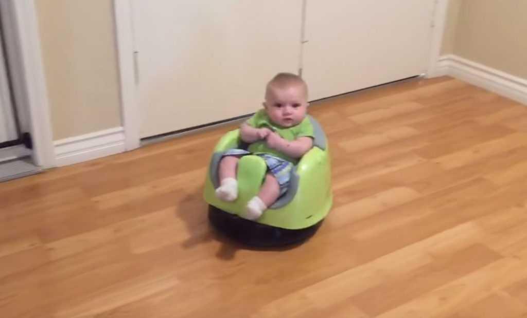 video divertente di un bambino sul robot aspirapolvere roomba